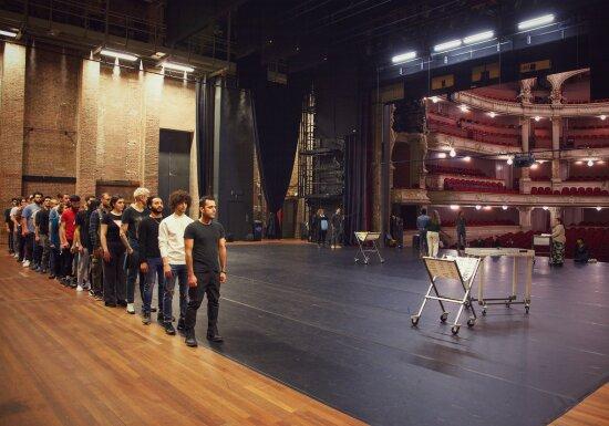 Spelers vormen een rij tijdens een repetitie voor 'Hoe ik talent voor het leven kreeg'. Beeld Mohammad Alzoabi