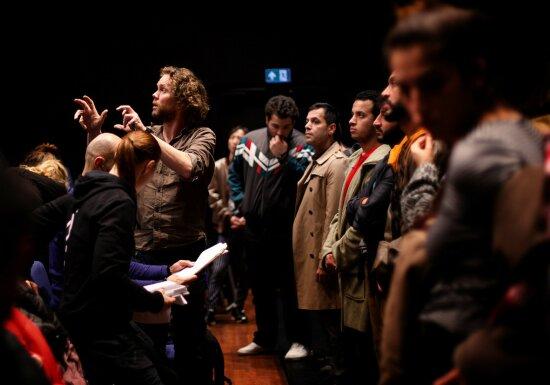 Regisseur Floris van Delft met spelers tijdens een repititie voor 'Hoe ik talent voor het leven kreeg'. Beeld Mohammad Alzoabi